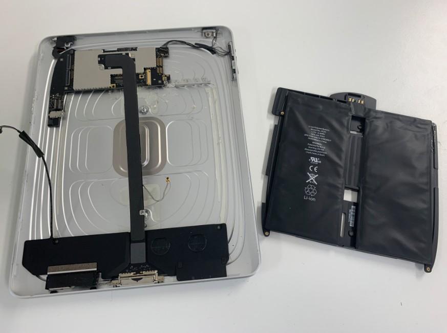 内蔵バッテリーを本体から取り出した初代iPad