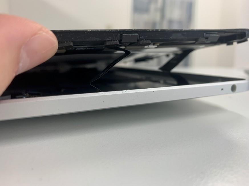 本体フレームから画面パーツを取り出した初代iPad
