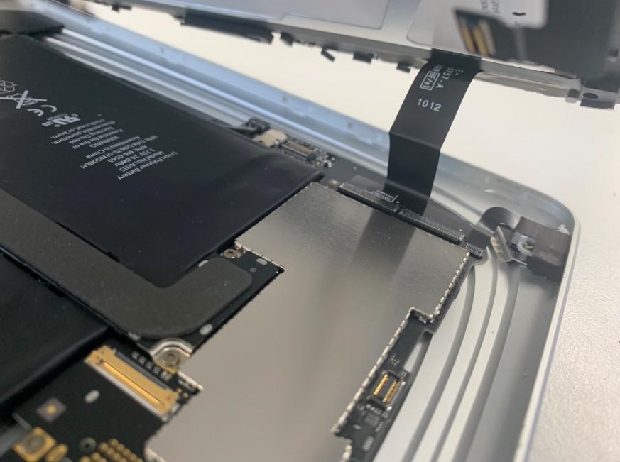 初代iPadのタッチパネルのコネクタ