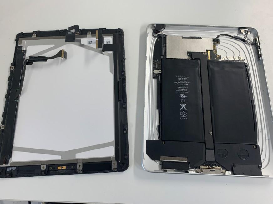液晶画面パーツを本体から取り出した初代iPad