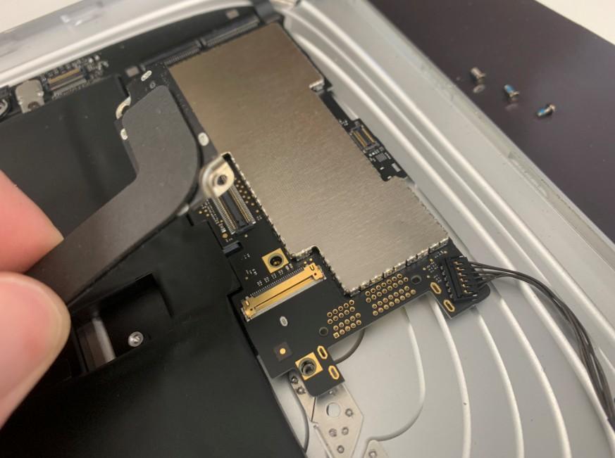 充電口コネクタと本体を接続したケーブルを外した初代iPad