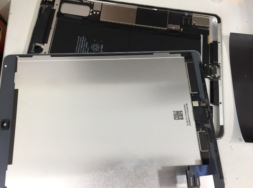 液晶画面を剥がしたiPadAir2