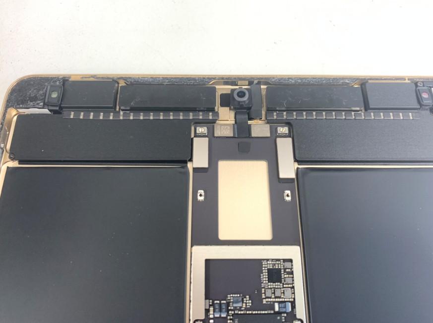 iPadPro10.5インチの基板上部のコネクタが止まっている状態
