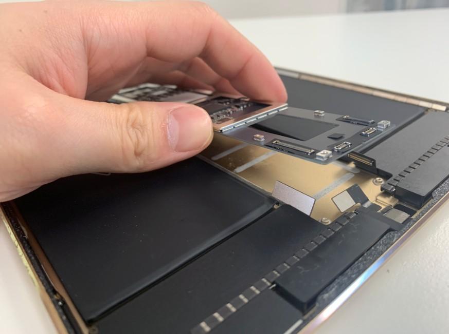 基板を浮かせたiPadPro10.5インチ