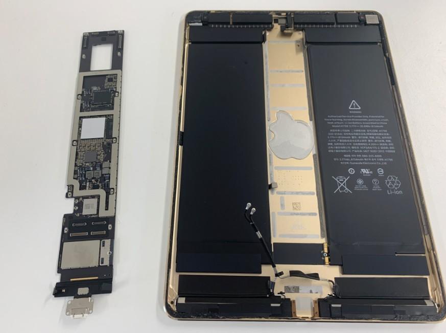 本体から基板を取り出したiPadPro10.5インチ