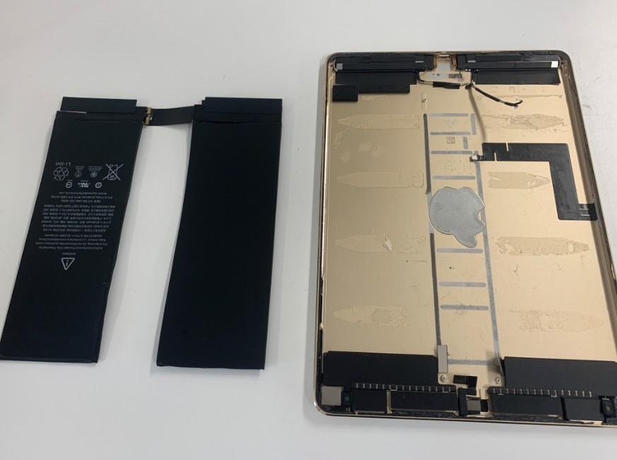 内蔵バッテリーを完全に剥がしたiPadPro10.5インチ