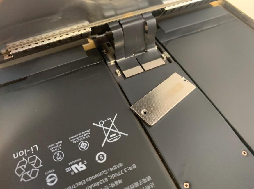 液晶画面のコネクタを固定したプレートを外したiPadPro10.5インチ