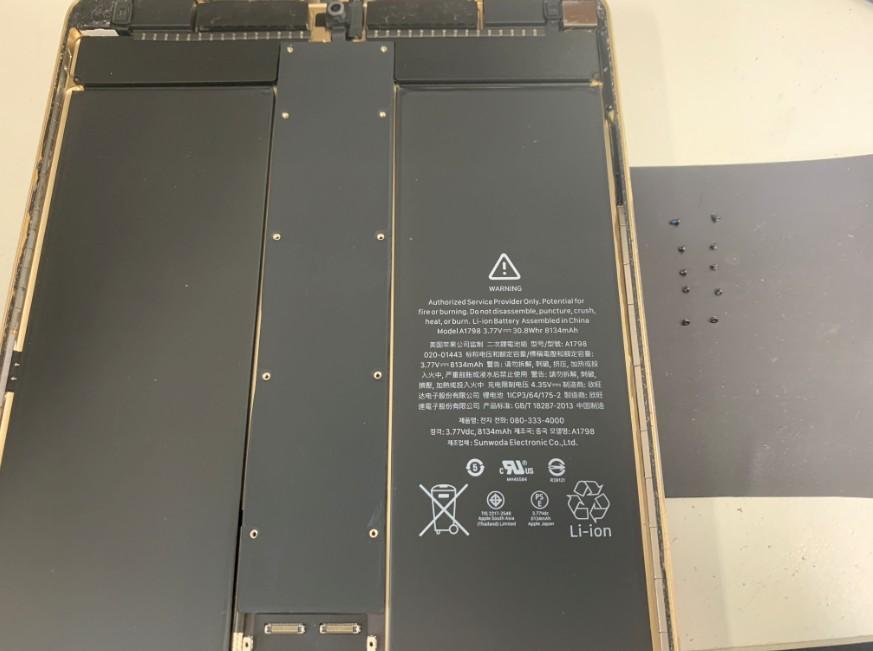 基板を覆っている黒いプレートのネジを外したiPadPro10.5インチ