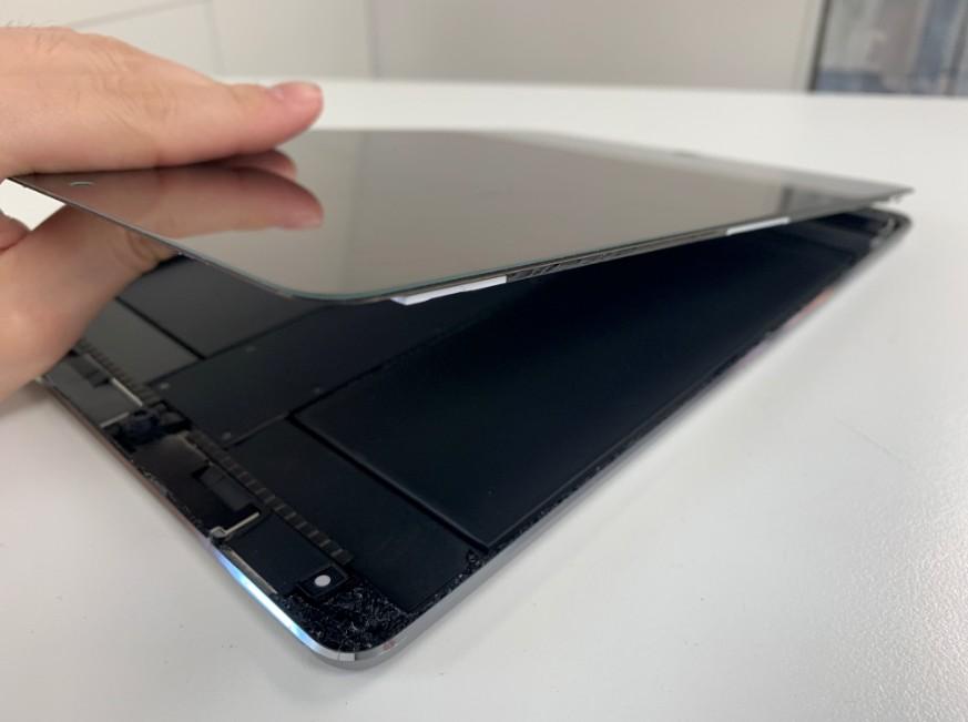 表面ガラスを剥がしたiPadPro10.5