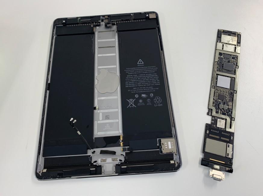 基板を本体から取り出したiPadPro10.5