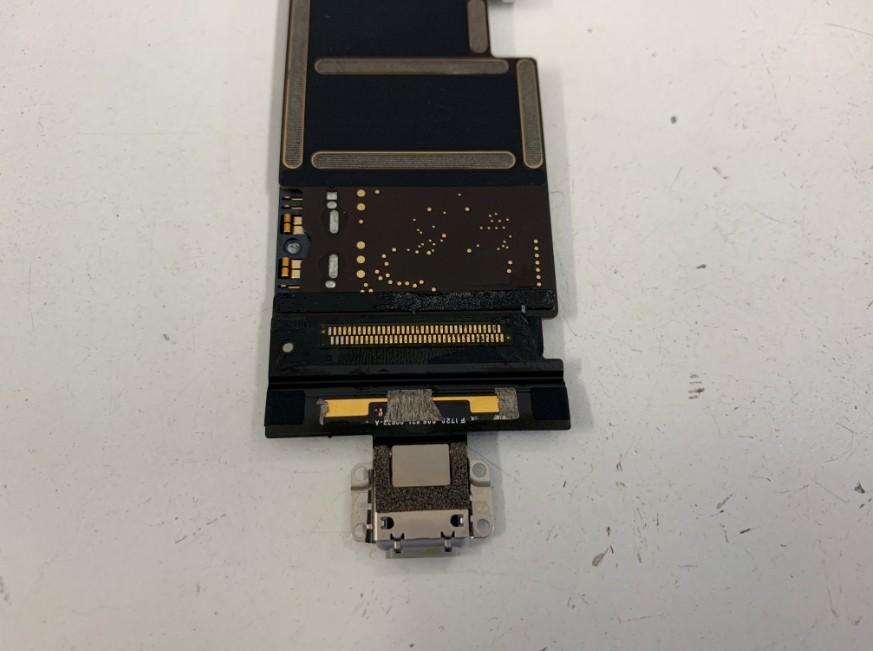 充電口のはんだ部分が丸見えになったiPadPro10.5