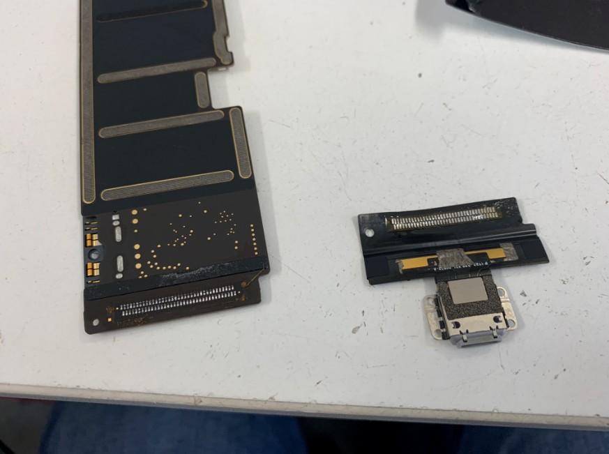 はんだ小手を使って充電口を基板から剥がしたiPadPro10.5