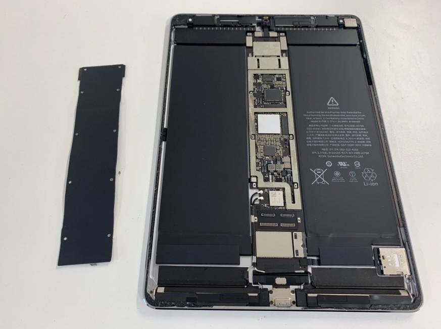 基板を覆った黒いプレートを完全に剥がしたiPadPro10.5