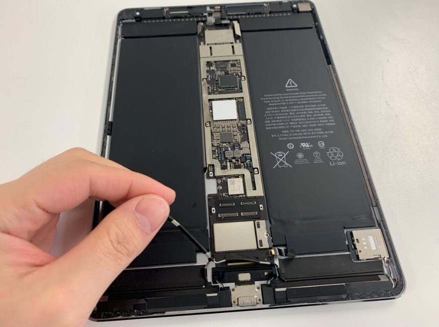 コネクタやアンテナを抜いたiPadPro10.5