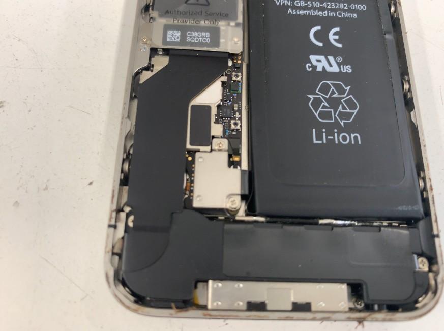 iPhone4sのバッテリーコネクタのアップ