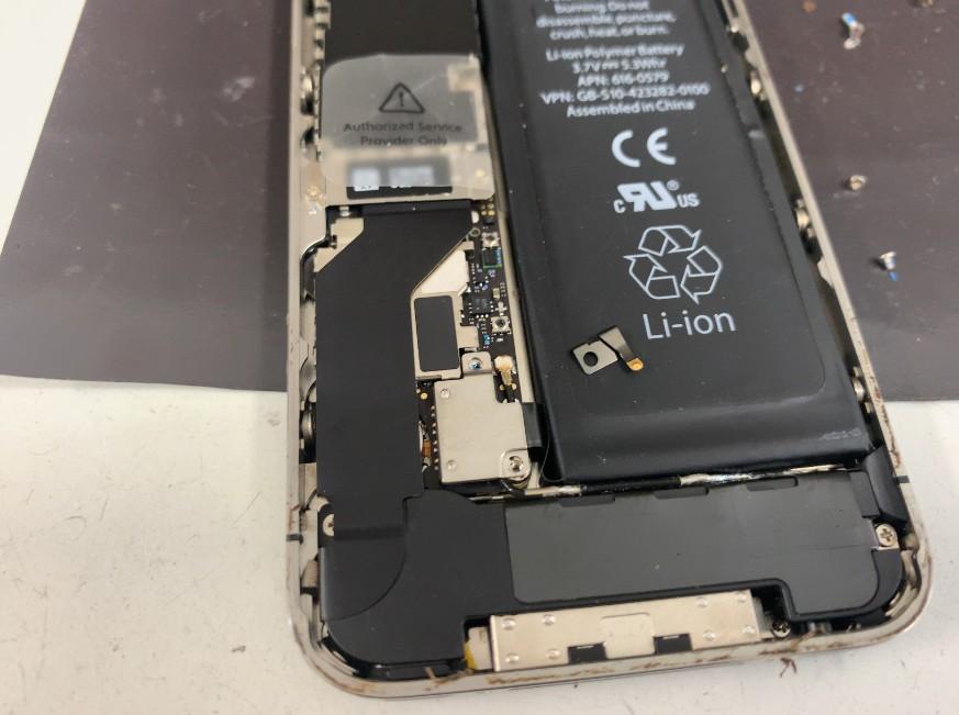 コネクタについた金具を外したiPhone4s