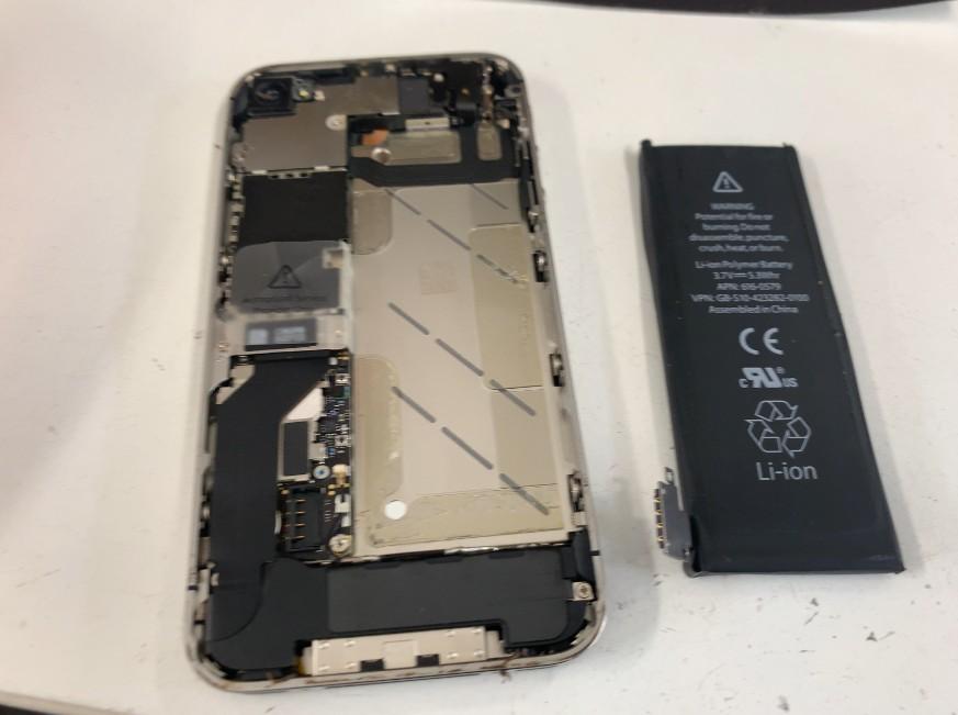 内蔵バッテリーを取り出したiPhone4s