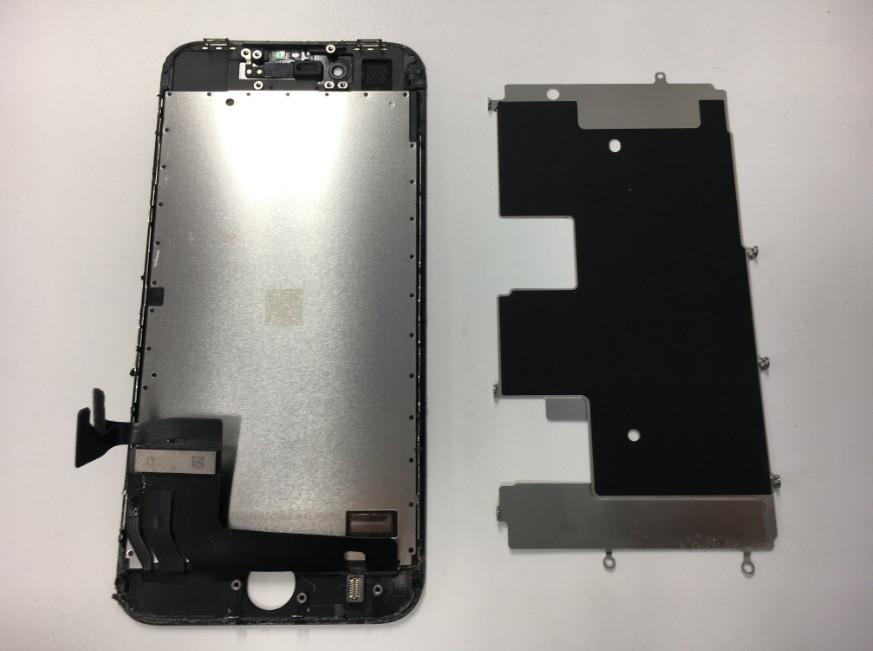 画面パーツを本体から取り出したiPhone7