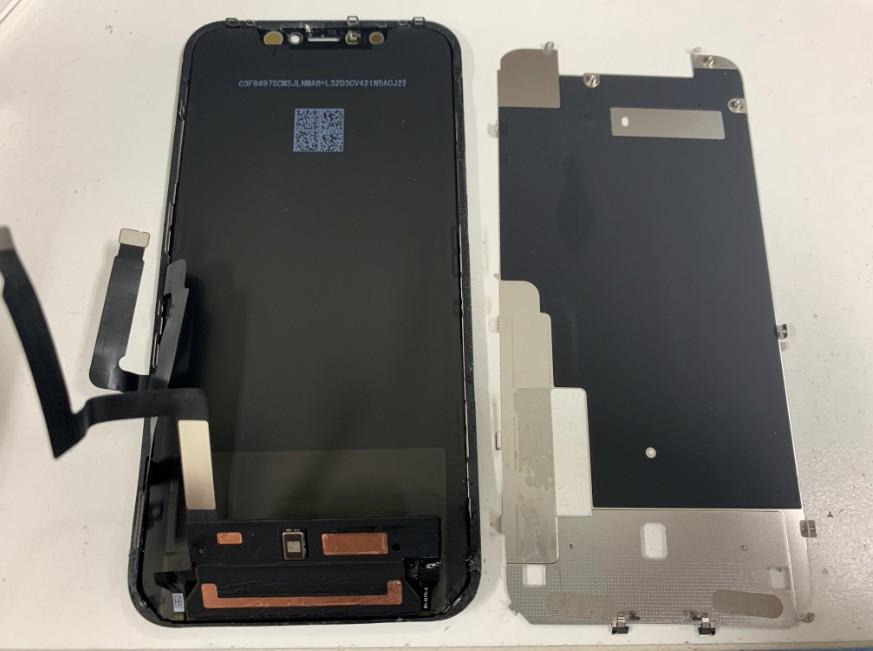 液晶画面裏のプレートを剥がしたiPhoneXR
