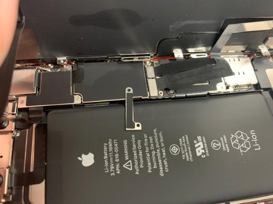 画面のコネクタを止めたプレートを剥がしたiPhoneXR