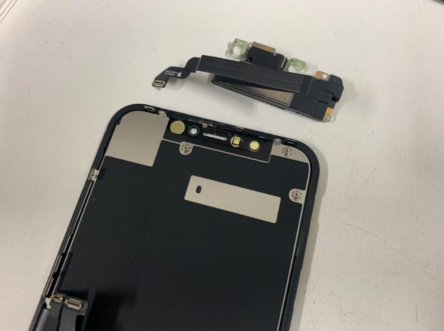 FaceIDセンサーとイヤースピーカーパーツを取ったiPhoneXR