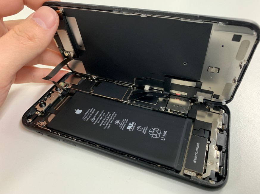 液晶画面を持ち上げたiPhoneXR