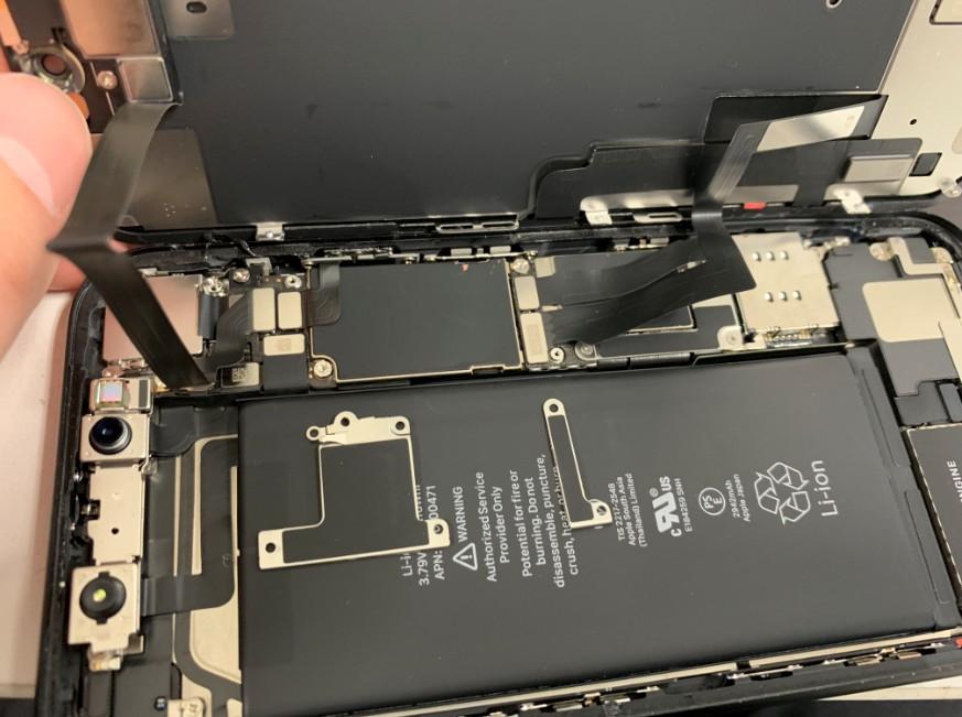 液晶画面とフロントカメラのプレートを外したiPhoneXR