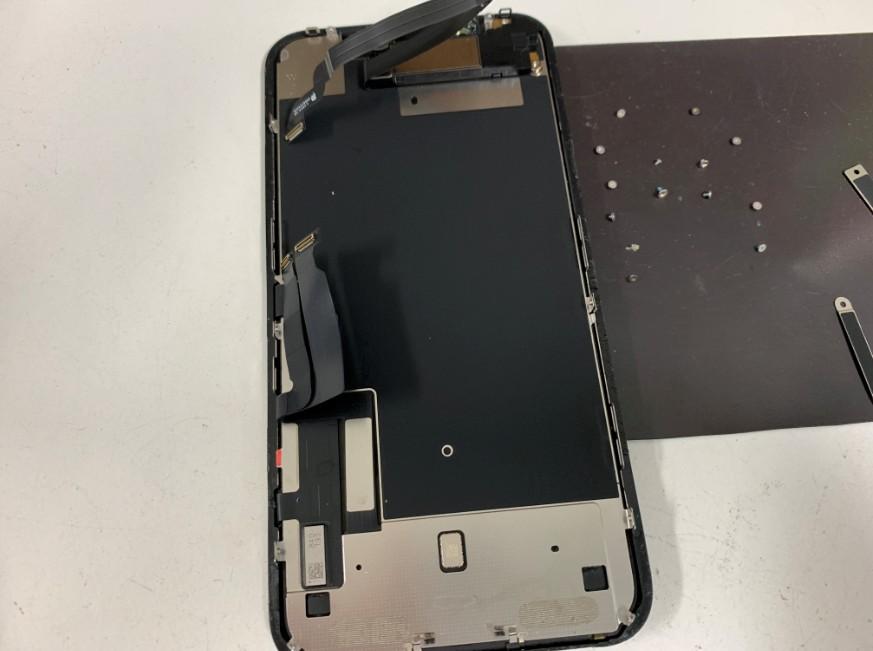 画面に付いているパーツを止めているネジを全て外したiPhoneXR