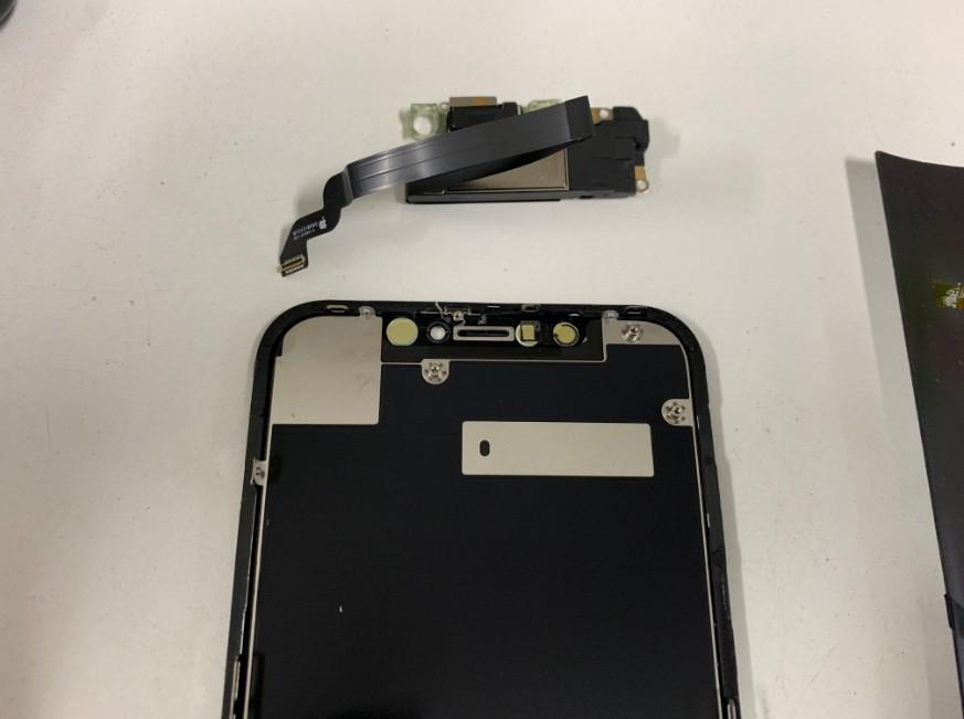 イヤースピーカーとFaceIDを取り出したiPhoneXR