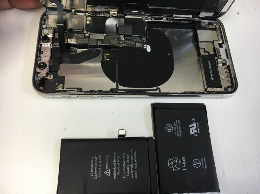 内蔵バッテリーを本体から取り出したiPhoneX