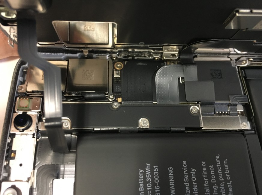 コネクタを止めたプレートをアップにしたiPhoneX