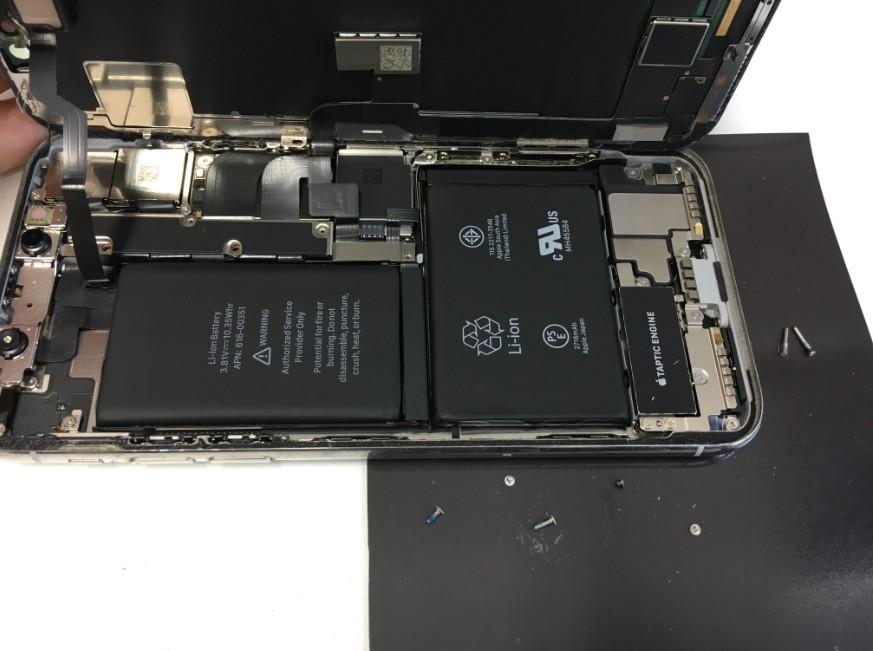 コネクタを止めたプレートのネジを5本外したiPhoneX
