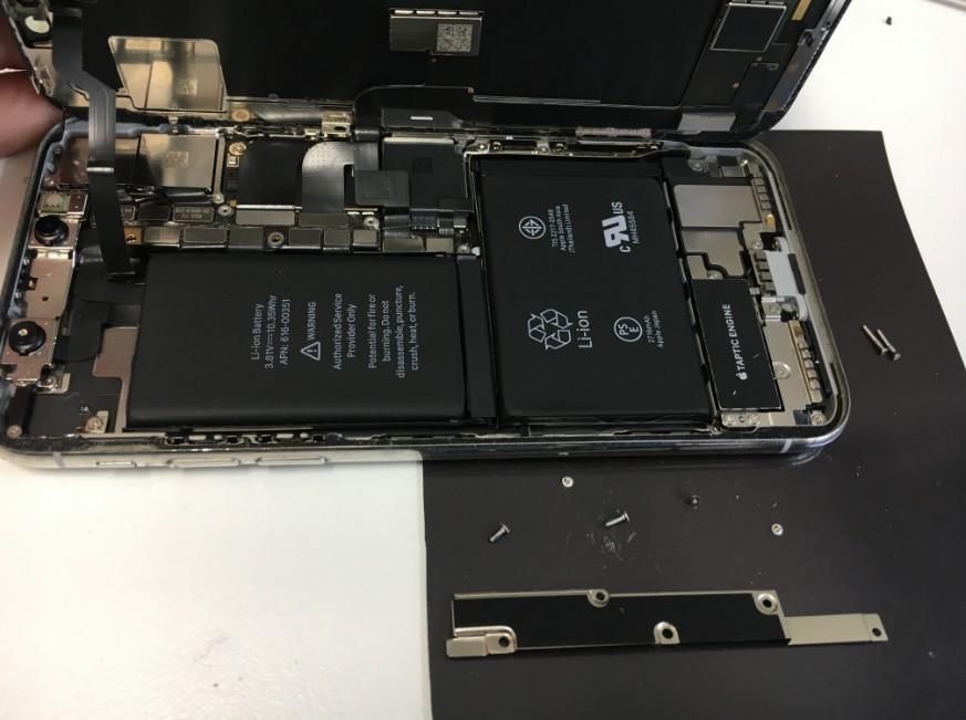 コネクタを固定したプレートを剥がしたiPhoneX