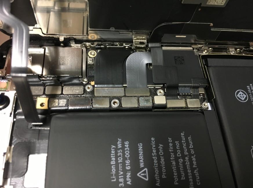 コネクタを固定したネジ5本を外したiPhoneX