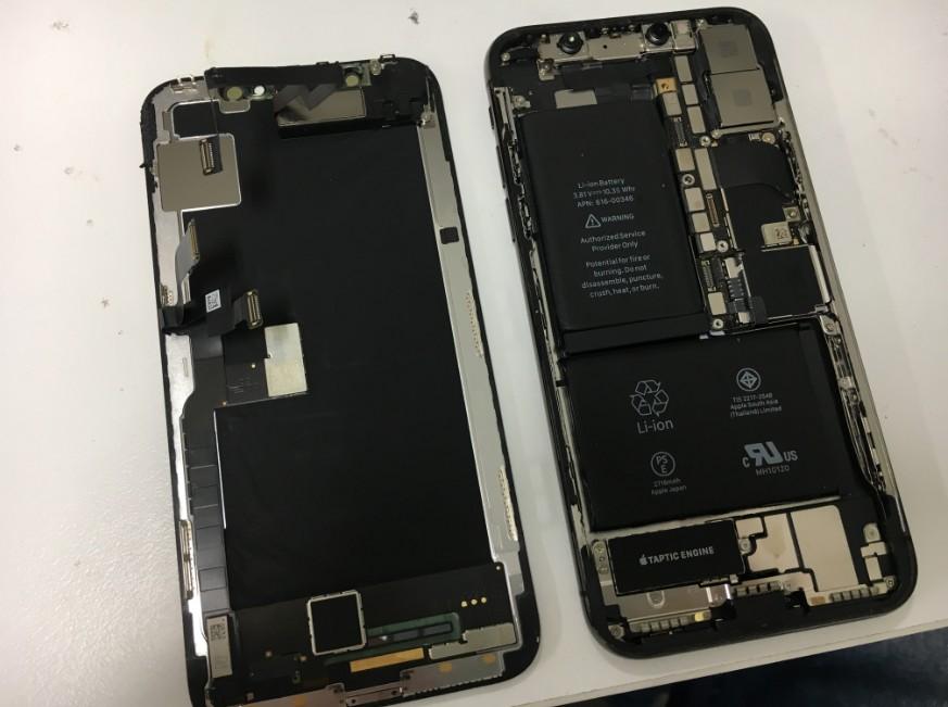 画面パーツを本体から取り出したiPhoneX