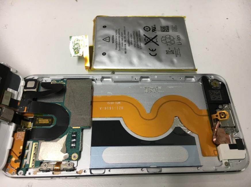 内蔵バッテリーを本体から取り出したiPodTouch第5世代