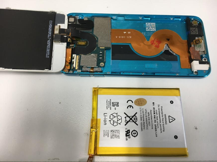 バッテリーを本体から取り出したアイポッドタッチ第5世代