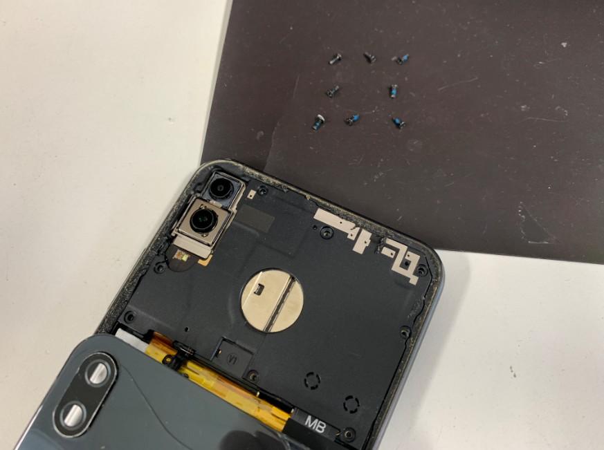背面ガラスを剥がして本体内のプラスチックパーツを剥がそうとしているZenfone5z(ZS620KL)