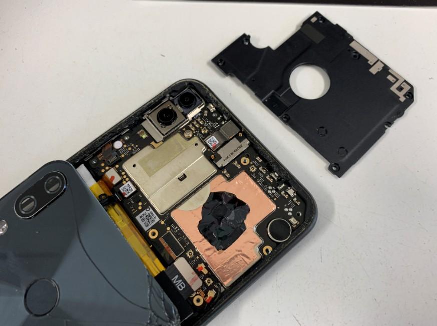 本体内のプラスチックパーツを剥がしたZenfone5z(ZS620KL)