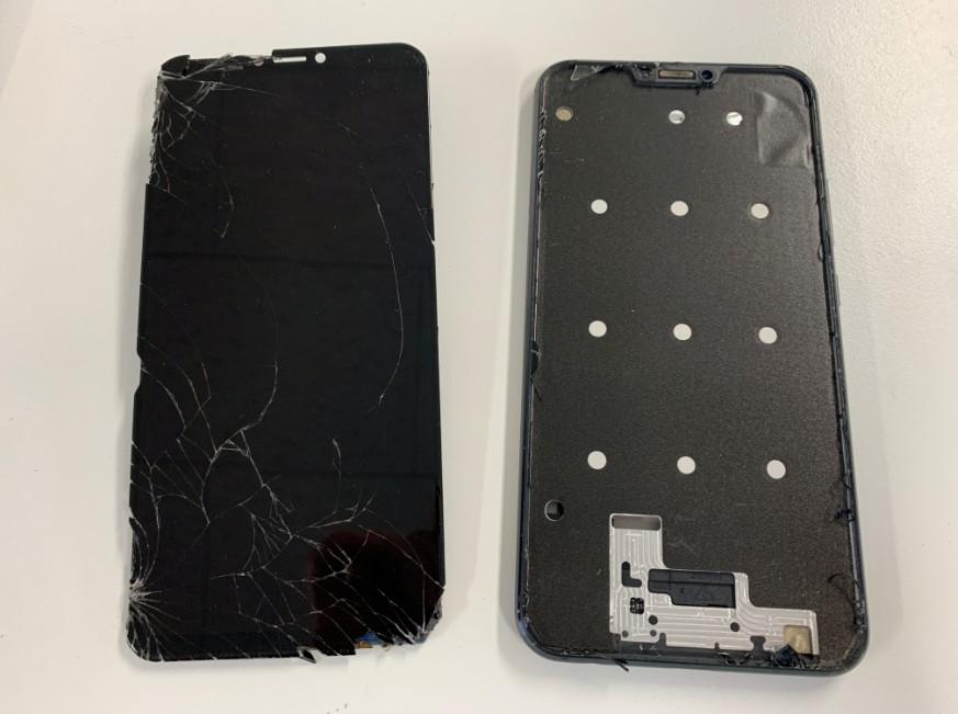 本体から壊れた液晶画面を取り出したZenfone5z(ZS620KL)