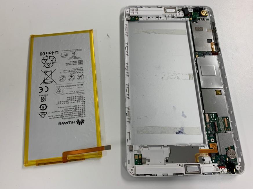本体からバッテリーを取り出したdtab(d-01G)