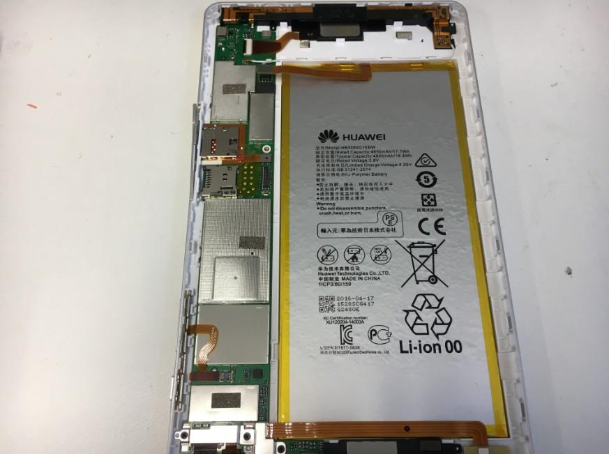 分解してバッテリーを取り出している最中のdtab(d-02h)