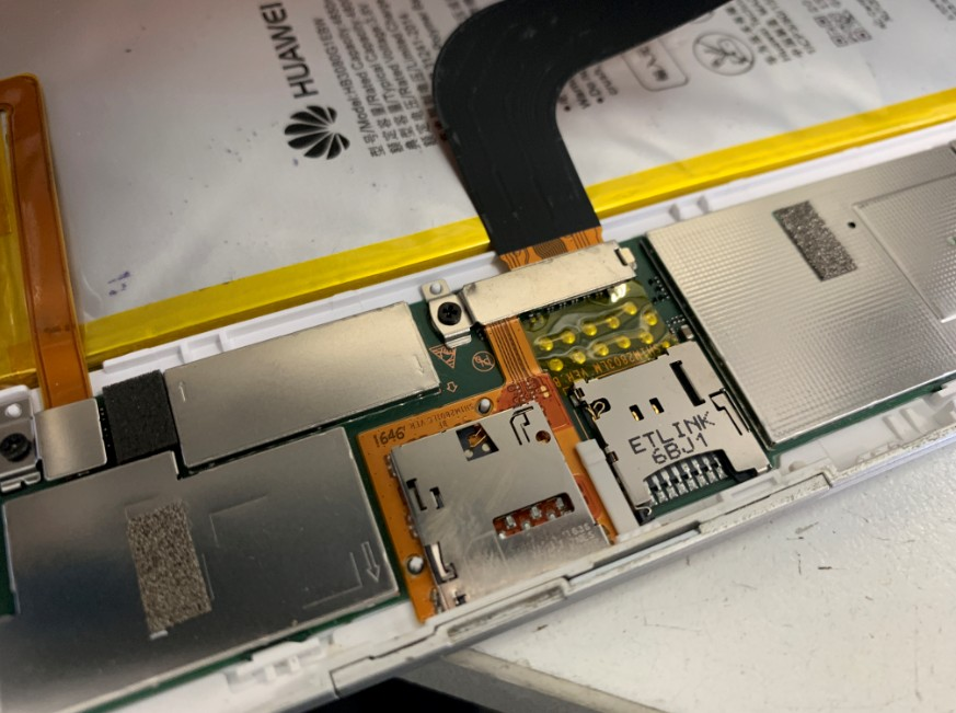 dtab(d-02h)を分解して液晶画面のコネクタのアップ