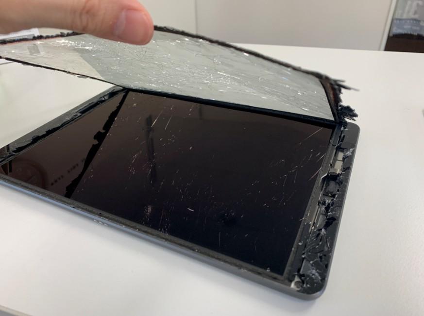 表面ガラスを剥がしたiPad7(2019)