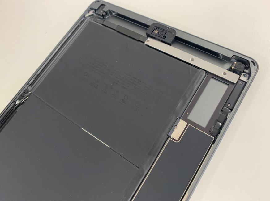 ガラスの破片を除去したiPad7(2019)の本体上部