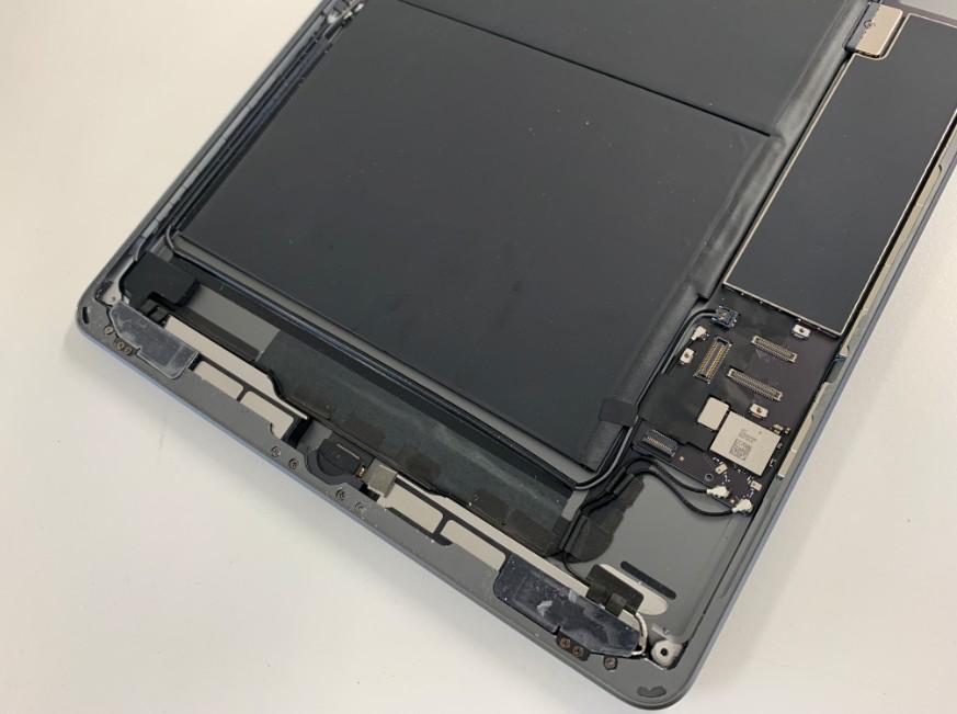 ガラスの破片をキレイに除去したiPad7(2019)の本体下部