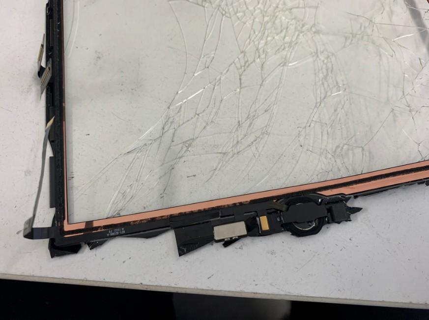 ホームボタンが残ったままのiPad7(2019)のガラスパーツ