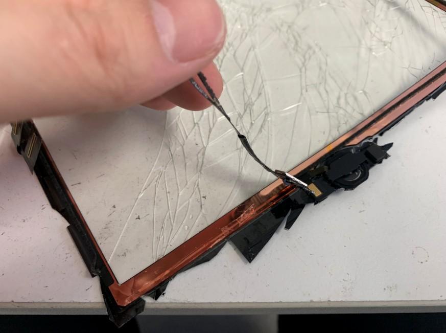 ホームボタンをガラスから剥がしているiPad7(2019)