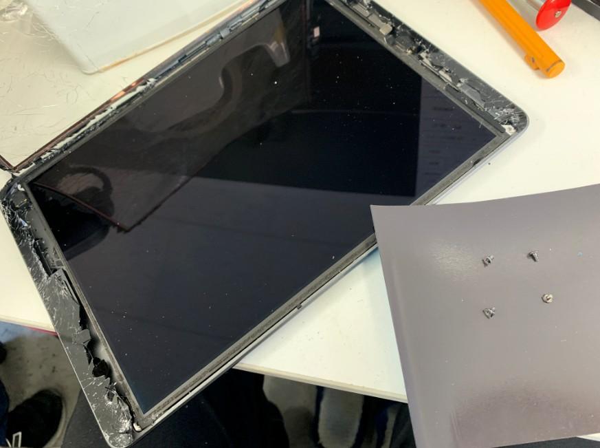 液晶を固定したネジ4本を取ったiPad7(2019)