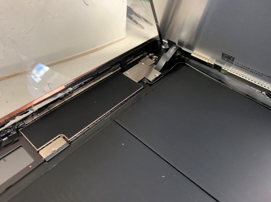 液晶画面コネクタを固定しているプレートが見えているiPad7(2019)